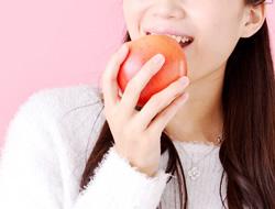 健康な歯でかじるリンゴ